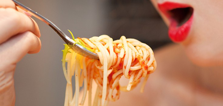 food-carbs-spaghetti-woman-735-350