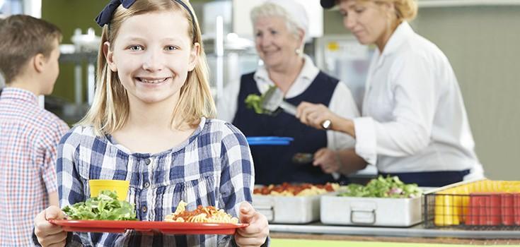 -niño de la escuela-almuerzo-735 a 356